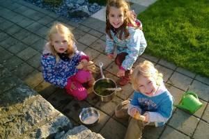 Kinder spielen Kochen