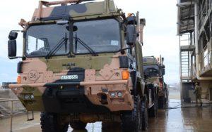 Militärfahrzeuge fahren